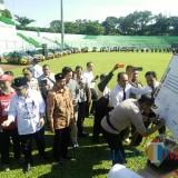 Kapolres Malang Kota AKBP Asfuri saat menandatangani Deklarasi Pemilu Damai di Stadion Gajayana, Kota Malang. (Foto: Dokumen MalangTIMES)