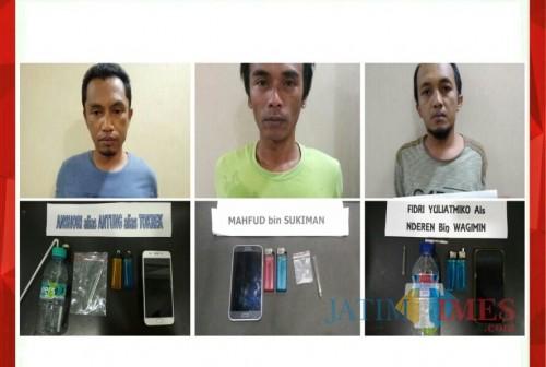 Ketiga tersangka kasus narkoba beserta barang bukti sabu saat diamankan polisi. (Foto : Humas Polres Malang for MalangTIMES)
