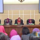 Ning Lik (tengah)  saat memberikan sambutan kepada anggota GOW. (eko Arif s /JatimTimes)