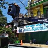 Petugas Disperkim Kota Malang tengah memasang PJULED (Disperkim Kota Malang for MalangTIMES)