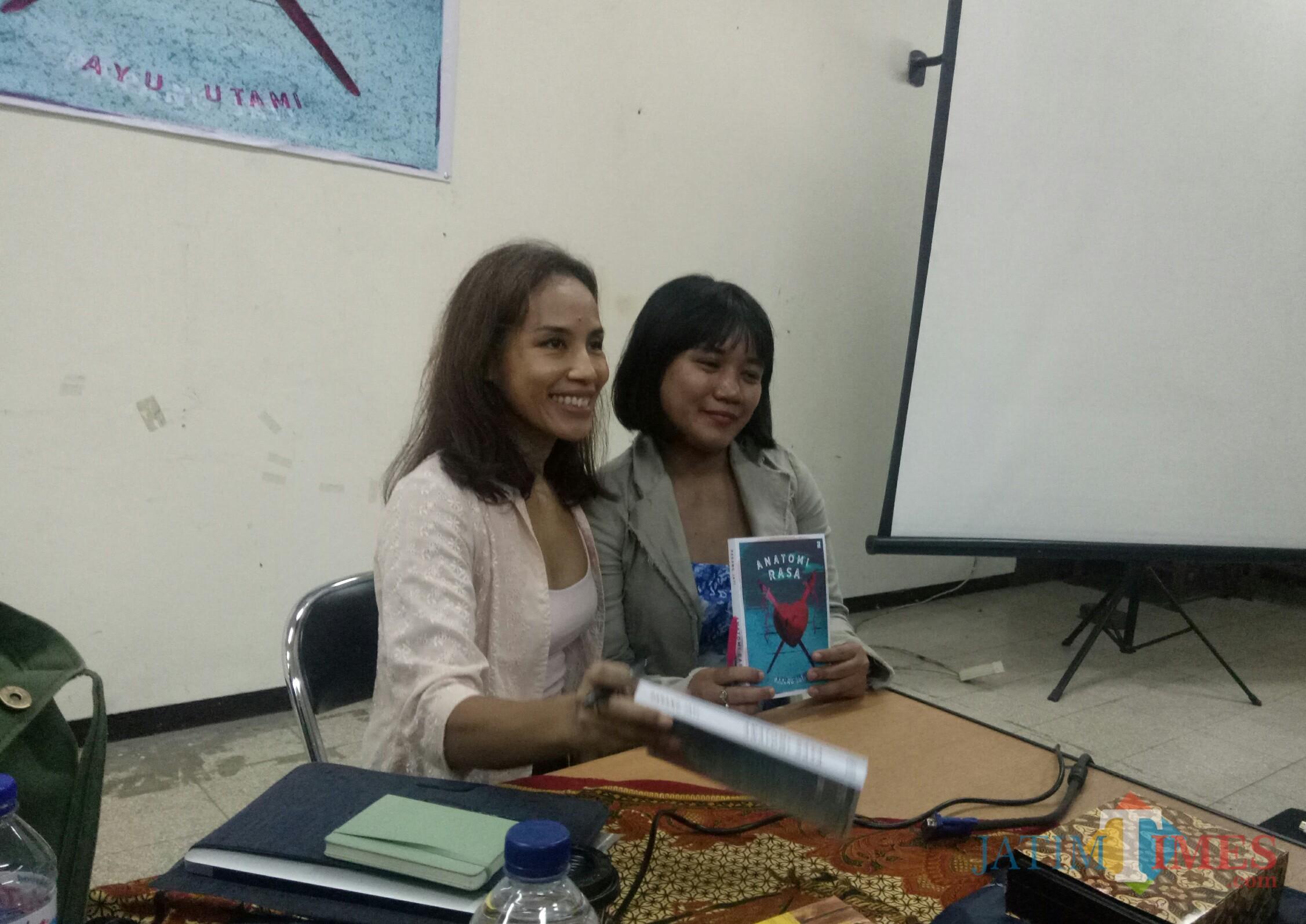 Sastrawan Ayu Utami (kiri). (Foto: Imarotul Izzah/MalangTIMES)