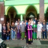 Pendeta Dwi Santoso bersama para pemuka Agama Lintas Iman saat membacakan perjyataan sikap di depan Masjid An-Nur Alun-Alun Kota Batu, Kecamatan Batu Jumat (22/3/2019). (Foto: Irsya Richa/MalangTIMES)