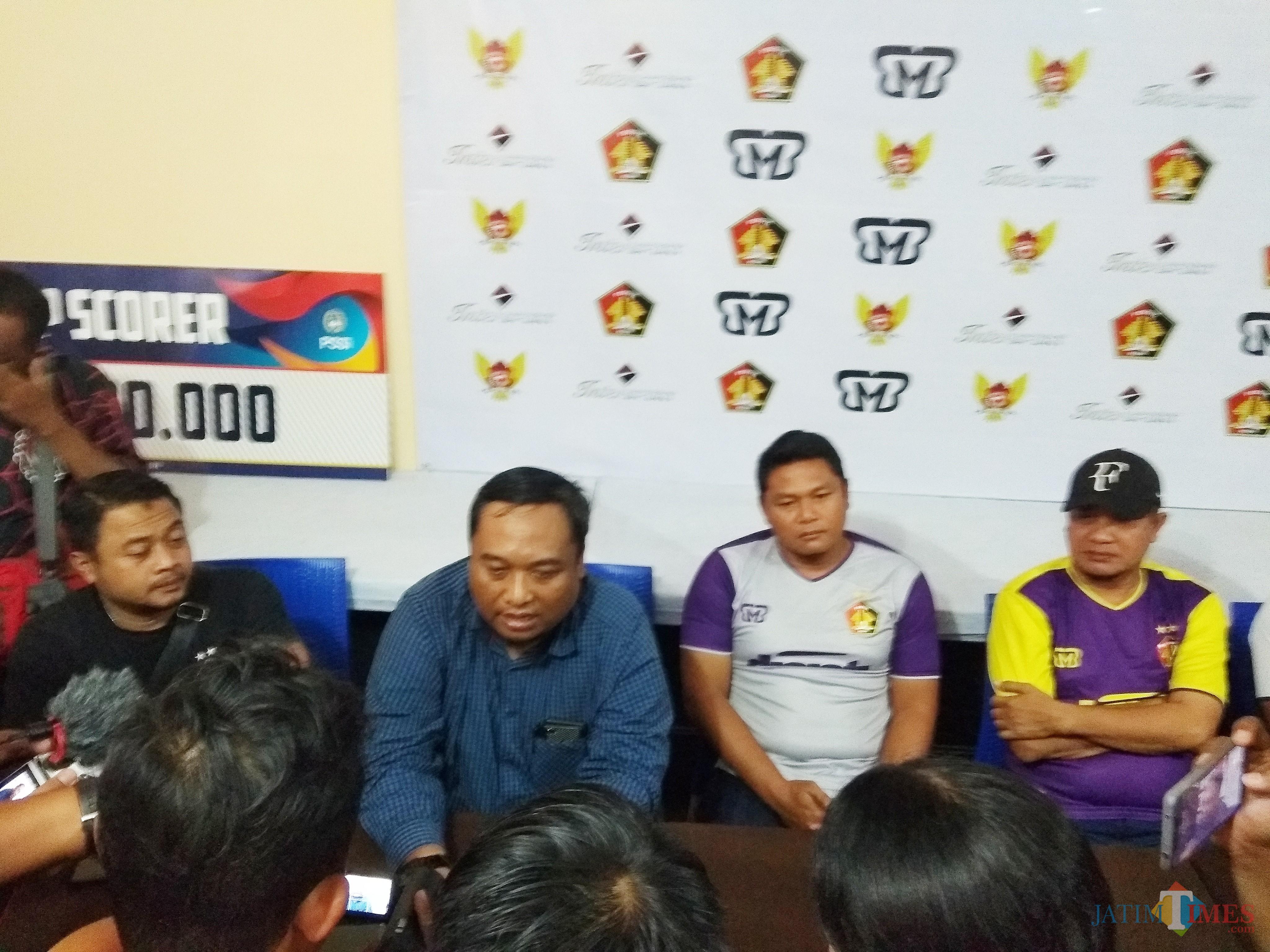 Manajer Persik Kediri Beny Kurniawan (baju biru) saat memberikan rilis kepada para awak media. (eko Arif s /JatimTimes)
