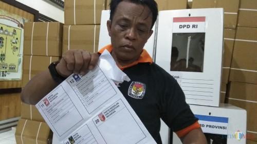 Petugas KPU menunjukkan surat suara Pileg DPRD Kota Malang di kolom PKPI yang kosong. (Foto: Nurlayla Ratri/MalangTIMES)