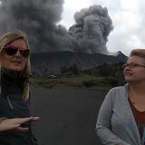 Wisatawan mancanegara justru tertarik dengan pesona erupsi Gunung Bromo. (Foto: Nurlayla Ratri/JatimTIMES)
