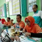 Proses konsultasi kesehatan yang dilakukan oleh pihak RS Wacana bersama kader desa dalam acara workshop Deteksi Dini Gangguan Jiwa di Desa Ngebruk, Sumberpucung, Sabtu (23/03/3019) (foto: Nana/ MalangTIMES)