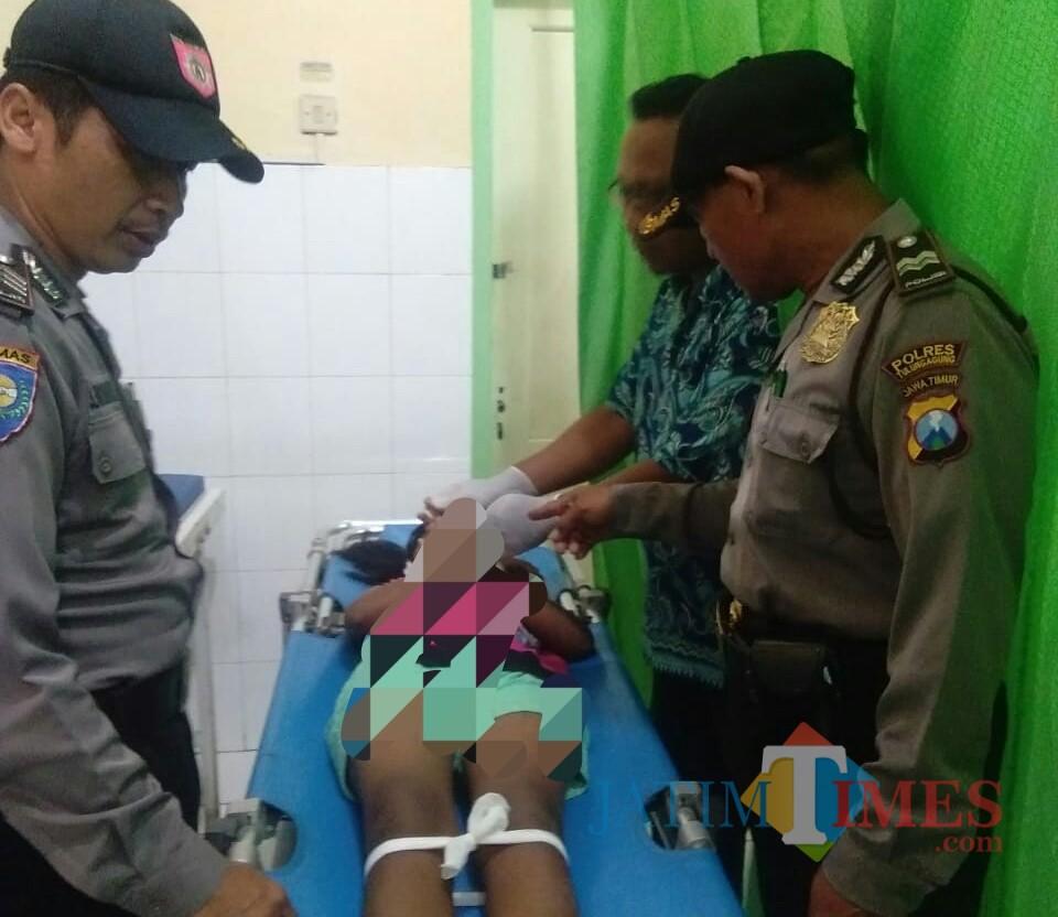 Petugas bersama tim medis dari Puskesmas saat melakukan rangkaian pemeriksaan pada jasad korban / Foto : Dokpol / Tulungagung TIMES
