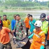 Petugas melakukan evakuasi pada tubuh korban Ulfiya di Desa Pakel Ngantru / Foto : Istimewa / Tulungagung TIMES