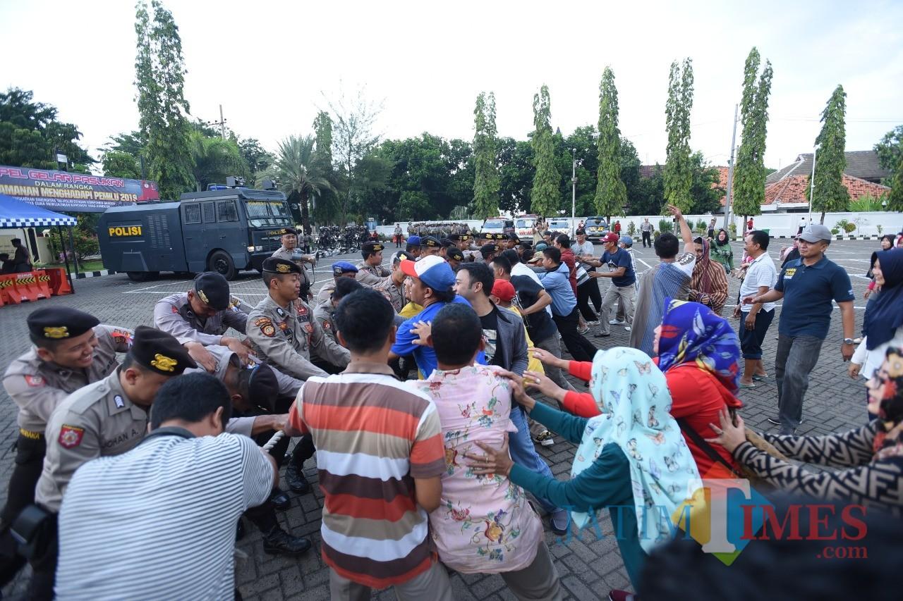 Polisi dan masyarakat saling dorong dalam simulasi kerusuhan Pemilu 2019 (Foto: Heru Hartanto / SitubondoTIMES)