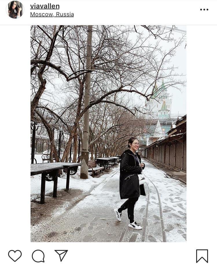 Via Vallen saat berswafoto ditengah-tengah salju dengan latarbelakang pohon yang sudah berguguran di Moscow Rusia. (Foto: instagram @viavallen)