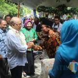 Kedatangan Anggota Komisi IX DPR RI Ir Budi Yuwono disambut Kades Sebalor dan warga dengan antusias.(Foto : Team BlitarTIMES)