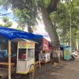 Para PKL yang berjualan di jalan Ir Soekarno, Desa Beji, Kecamatan Junrejo. (Foto: Irsya Richa/MalangTIMES)
