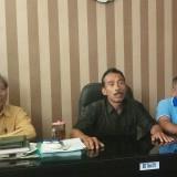 Kepala Sekolah SMPN 2 Banyuwangi, Subiyantoro, didampingi anggota komite memberikan penjelasan terkait jam kosong di sekolahnya