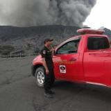 Personel pengamanan dari BB TNBTS tengah melakukan pantauan di kaki Gunung Bromo. (Foto: Nurlayla Ratri/MalangTIMES)