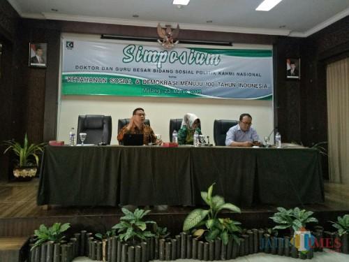 llmuwan Politik dan Dosen FISIP UB Wawan Sobari (paling kiri) (Foto: Imarotul Izzah/MalangTIMES)