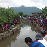 Para peserta memancing saat asik mengikuti lomba mancing ikan lele. (eko Arif s /JatimTimes)