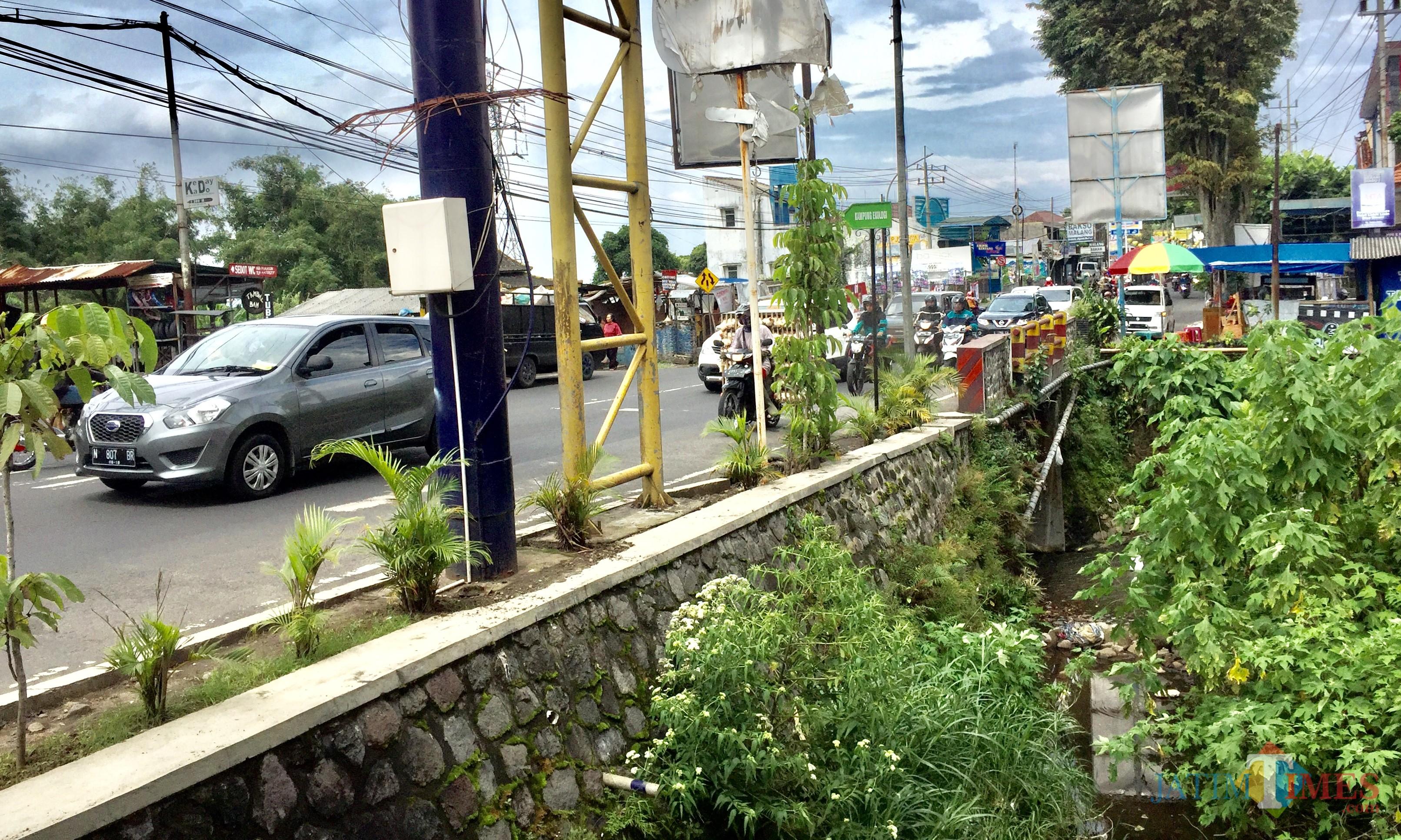 Jalan Patimura yang di pinggirnya ada sungai. (Foto: Irsya Richa/MalangTIMES)