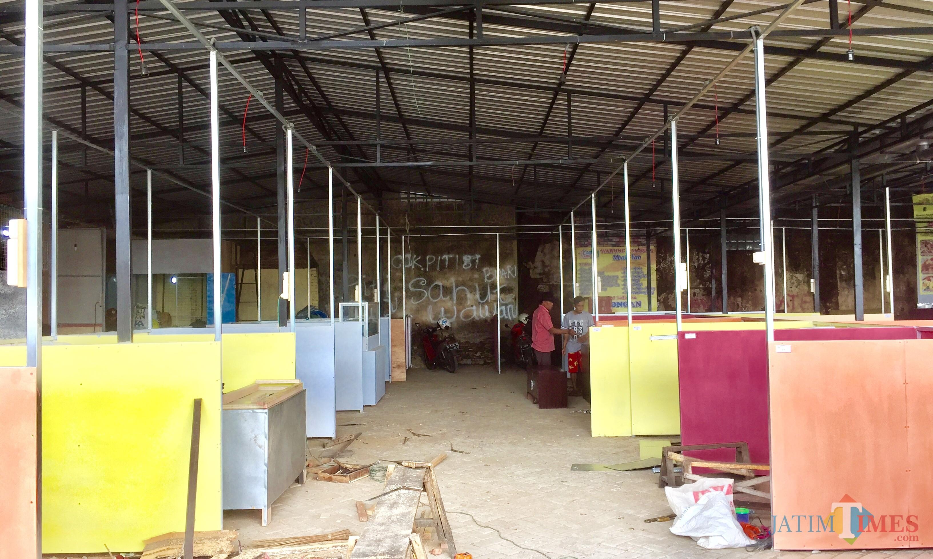 Beberapa pedagang yang mempersiapkan bedaknya di Pasar Panggung Gor Ganesha, Alun-Alun Kota Batu (Foto: Irsya Richa/MalangTIMES)