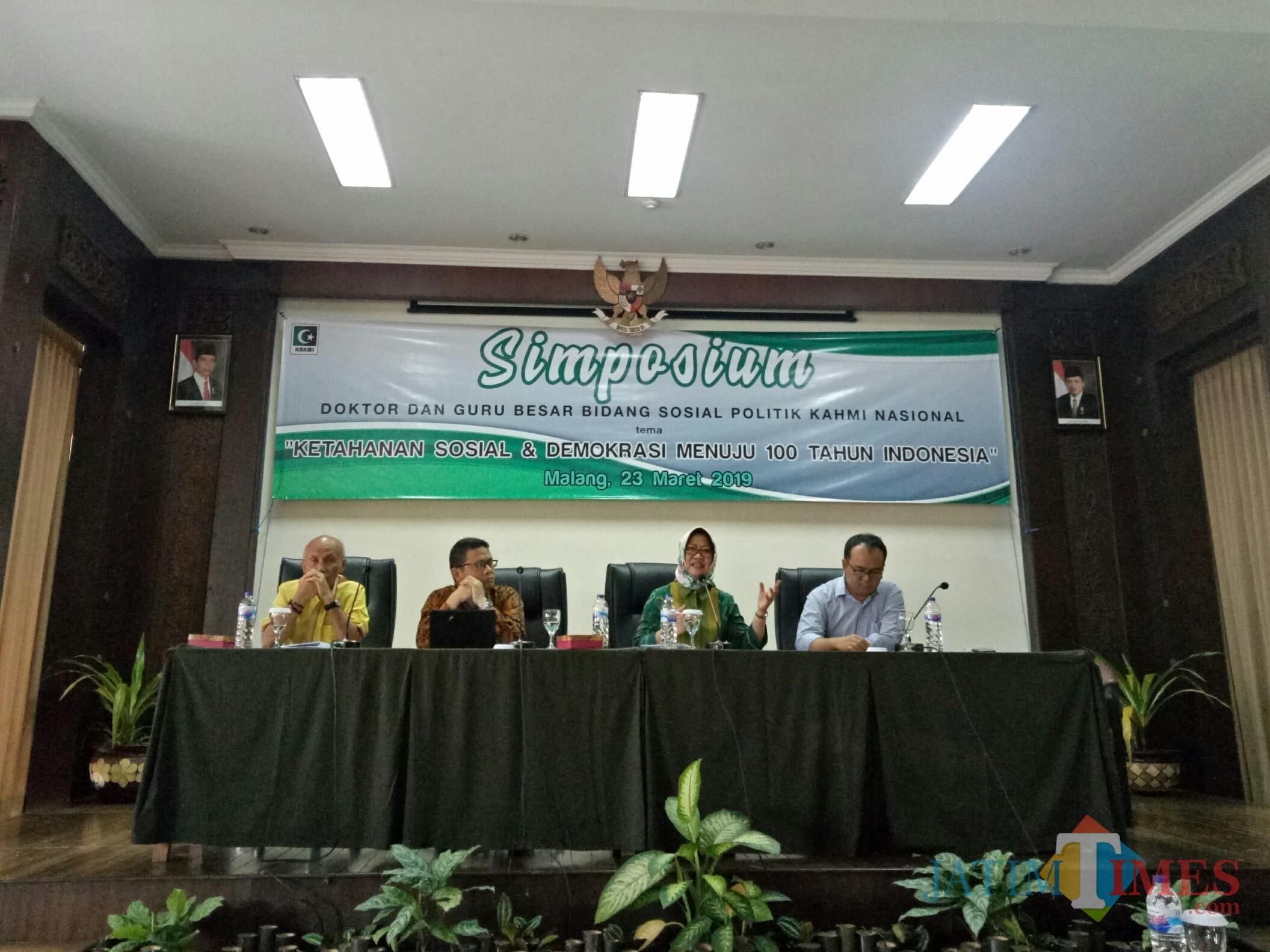 Ahli politik LIPI Prof Siti Zuhro PhD (kedua dari kanan) (Foto: Imarotul Izzah/MalangTIMES)