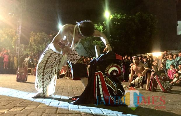 Aksi Glendo Barong Geprok saat akan menunjukkan suara kepada masyarakat di Pasar Parkiran, Sabtu (14/4/2018) malam. (Foto: Irsya Richa/BatuTIMES)
