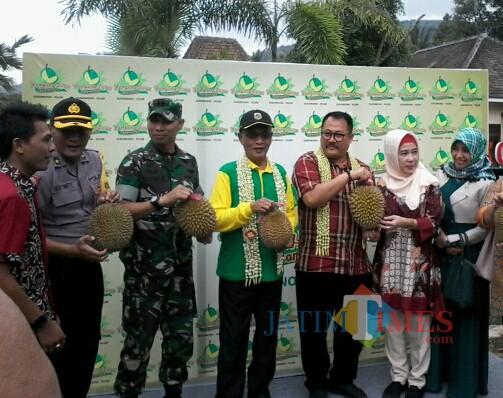 Bupati Bondowoso, Drs. KH. Salwa Arifin (tengah, empat dari kanan) didampingi Wabub, Irwan Bactiar(tiga dari kiri), M.Si saat meresmikan Kampung Duren Sukowono