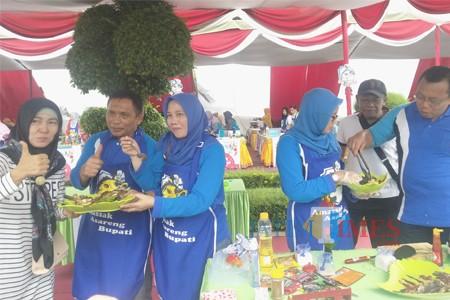 Bupati dan istri Wabup dan istri serta Kadis Perikanan dan istri mencicipi masakan ikan kerapu (Foto Heru Hartanto / Situbondo TIMES)