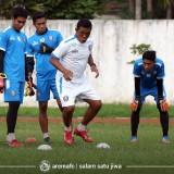 Pelatih kiper Arema FC, Yanuar Hermansyah (putih) saat memberi contoh latihan ketiga kipernya (official Arema FC)