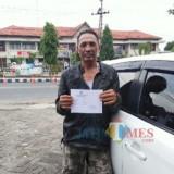 Suwarno alias Nandong, tunjukkan tanda bukti Pengaduannya ke Unit PPA Polres Banyuwangi