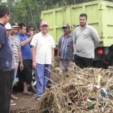 Wali kota Habib Hadi saat meninjau luapan air laporan warga (Agus Salam/Jatim TIMES)