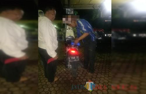 Laseman tersangka beserta barang bukti motor hasil curian ketika diamankan pihak kepolisian, Kecamatan Dampit (Foto : Polsek Dampit for MalangTIMES)