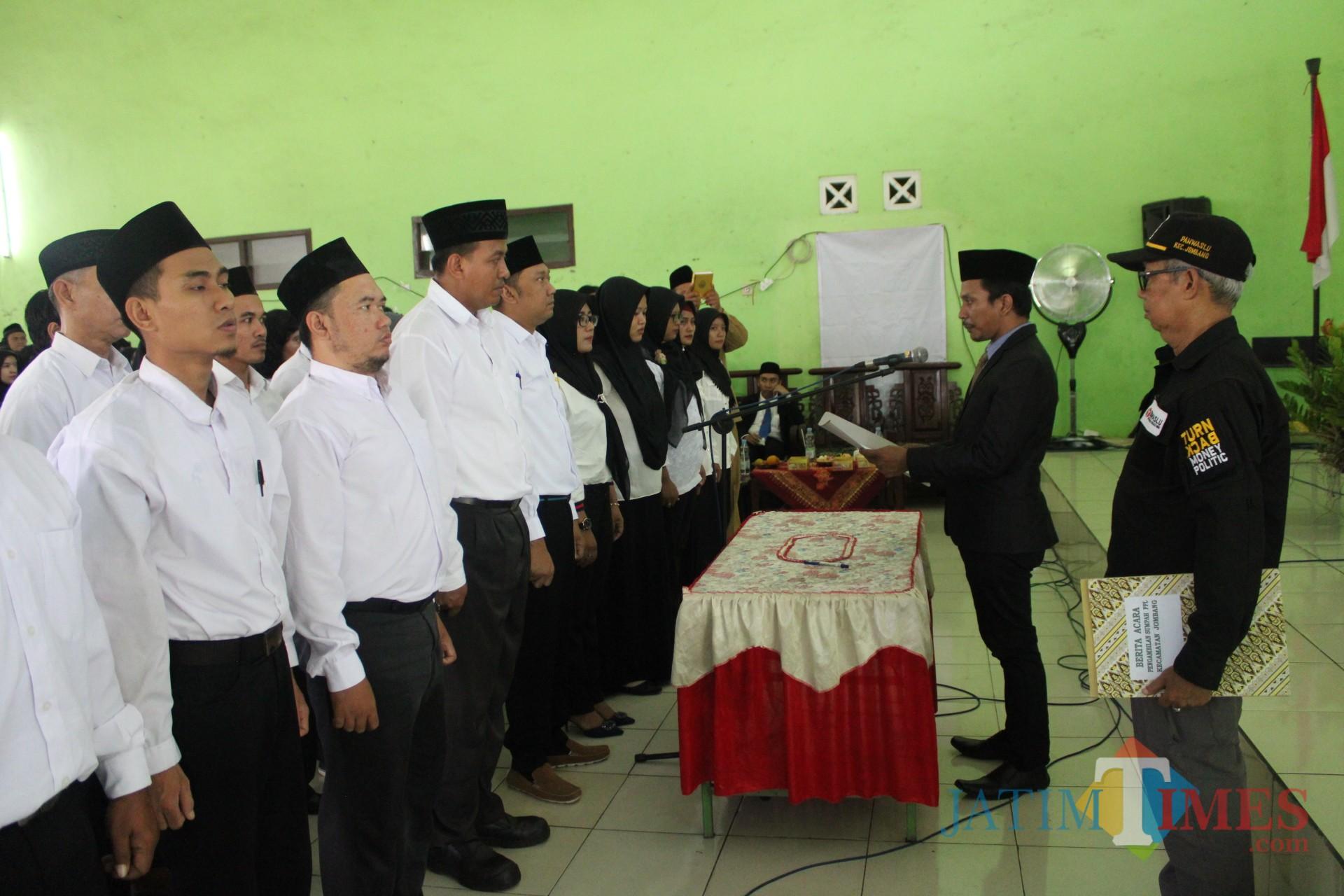 Ketua Panwascam Jombang, Lutfi Utomo saat melantik Pengawas TPS. (Foto : Adi Rosul / JombangTIMES)