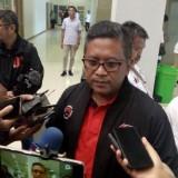 Hasto Kristanto saat diwawancarai sebelum acara kampanye terbuka di JSG (foto : Moh. Ali Makrus / Jatim TIMES)