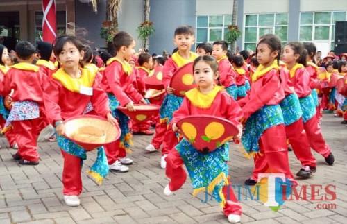 Ribuan anak sedang menari tarian Rampak Sumebyar di Halaman Balai Kota Among Tani, Senin (23/7/2018). (Foto: Irsya Richa/BatuTIMES)