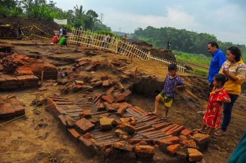 Pengunjung yang menginjak tatanan bata dari situs Sekaran di Desa Sekarpuro, Kecamatan Pakis Kabupaten Malang saat pemasangan pagar oleh warga