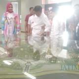 Bupati Jember dr. Hj. Faida MMR saat menyambut kedatangan Jokowi melewati maket JSG lokasi yang akan dibangun asrama Haji (foto : Moh. Ali Makrus / Jatim TIMES)