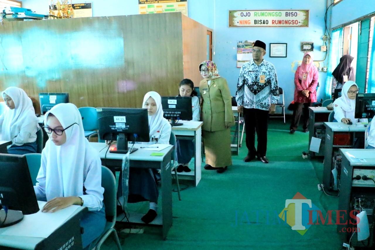 Bupati Jombang, Hj Mundjidah Wahab saat memonitor pelaksanaan UNBK di SMKN 3 Jombang. (Foto : Adi Rosul / JombangTIMES)