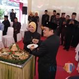 Bupati Kediri Hj Haryanti Sutrisno memotong tumpeng. (eko Arif s /JatimTimes)