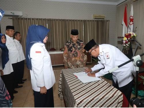 Hj Jajuk Rendra Kresna saat dilantik menjadi ketua PMI Kabupaten Malang periode 2019-2024. (Humas Kab Malang)