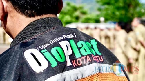 Jaket yang digunakanlayanan ojek online plastik (ojoplas) Kota Batu saat bertugas. (Foto: ist)