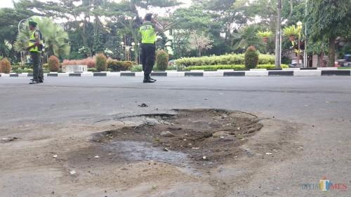 Jalan rusak dan berlubang di Jl. Sultan Agung Kota Malang dikarenakan rembesan air pipa air PDAM Kota Malang (Pipit Anggraeni/MalangTIMES).