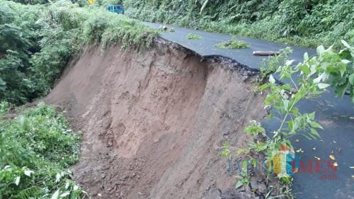 Kondisi jalan menuju Coban Pelangi yang mengalami longsor akibat tergerus air hujan, Kecamatan Poncokusumo (Foto : PMI Kabupaten Malang for MalangTIMES)