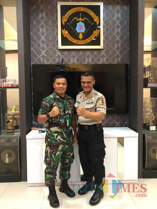Kombes Pol Almas Widodo Kolopaking (kanan) bersama Kolonel (Mar) Suliono.