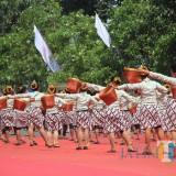 Para pelajar saat memperagakan tarian dalan hari jadi Kabupaten Kediri. (eko Arif s /JatimTimes)
