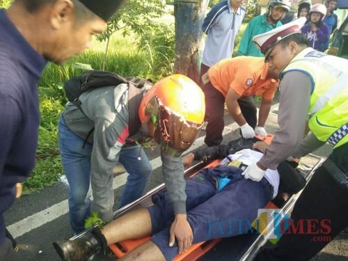 Petugas ketika mengevakuasi jenazah yang terlibat kecelakaan beruntun, Kecamatan Kepanjen (Foto : Pos Lantas Kepanjen fo MalangTIMES)