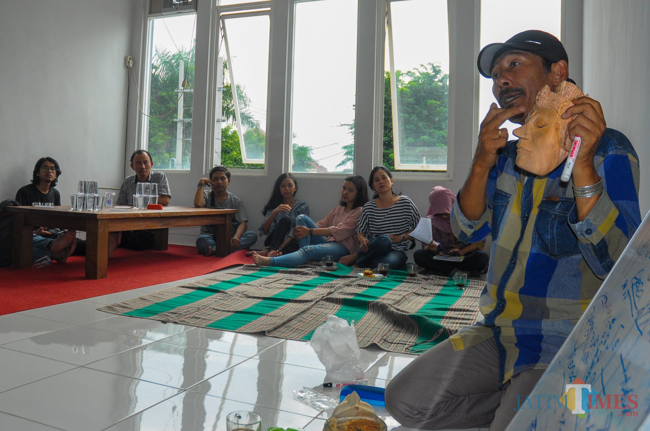 Diwi Cahyono, arkeolog UM, saat memberikan materi tentang topeng kepada pemerhati budaya dan para remaja. (Luqmanul Hakim/Malang Times)