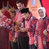 Wali Kota Malang Sutiaji (kenakan kopiah hitam) saat menerima blangkon dari Wali Kota Surabaya Tri Rismaharini dalam rakor Apeksi yang berlangsung di Surabaya. (Humas Pemkot Malang for MalangTIMES)