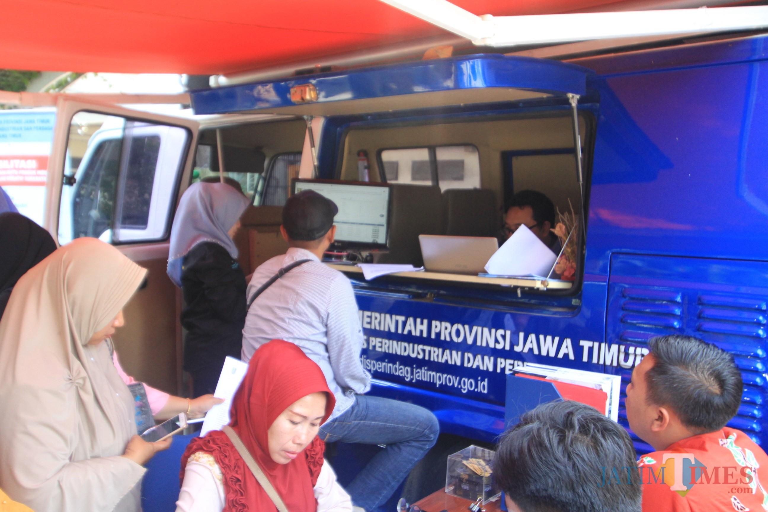 Salah satu IKM saat mendaftar legalitas produknya di mobil keliling Dinas Perindustrian dan Perdangangan di pemkota Probolinggo (Agus Salam/Jatim TIMES)