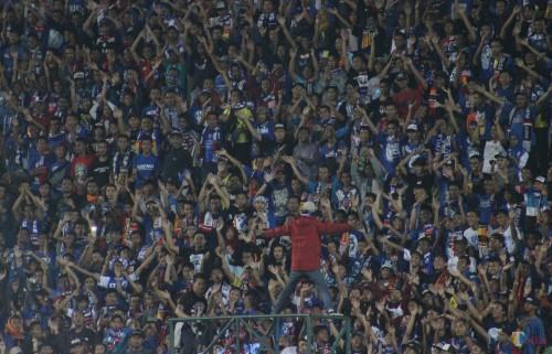 Aremania ketika mendukung tim kesayangannya (foto: Hendra Saputra/ MalangTIMES)