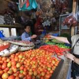 Sueb saat melayani pembeli di tokonya yang menempati TPS (Tempat Penampungan Sementara) Passar Baru (Agus Salam/Jatim TIMES)