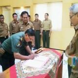 Administratur Utama/KKPH Banyuwangi Selatan Nur Budi Susatyo, saat memimpin penandatanganan rotasi jabatan anggotanya